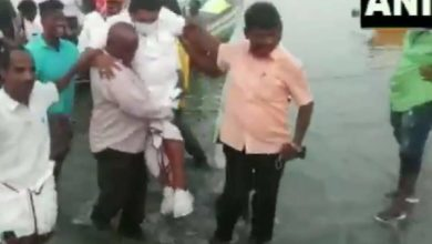 Photo of Wet shoe, the minister does not get off the boat;  Finally, the fishermen landed on his shoulders and disembarked, out of sight