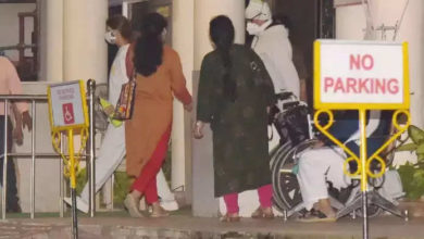 Photo of Amitabh Bachchan was seen outside the hospital with daughter late at night