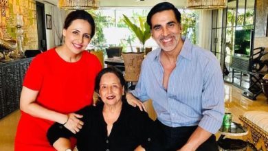 Photo of Akshay Kumar's mother passed away and was admitted to the hospital a few days back