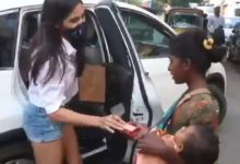 Photo of Video: Sara and Ibrahim gave biscuits to poor woman, Amrita Singh gave money