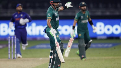 Photo of Pakistan vs India: Dhoni with Pakistani players and advice, fans with the image glued to their chest!  – t20 world cup 2021: ms dhoni joins players from pakistan for a post-match chat in dubai